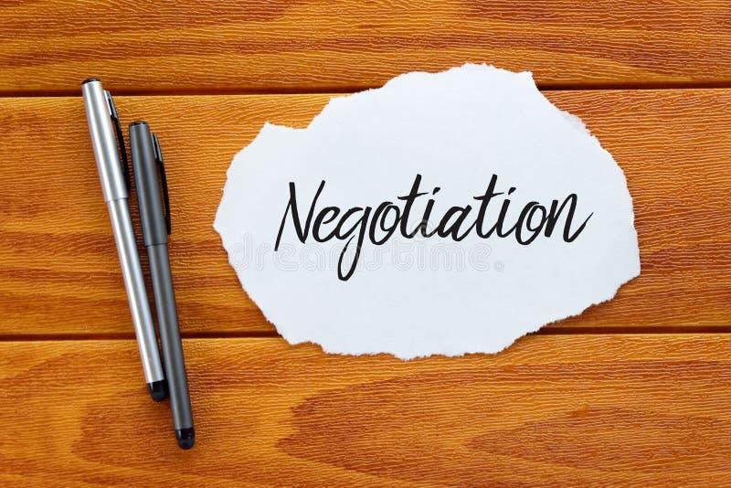 Concept d'affaires et de finances Vue supérieure de stylo et morceau de papier écrit avec la négociation sur le fond en bois photo libre de droits
