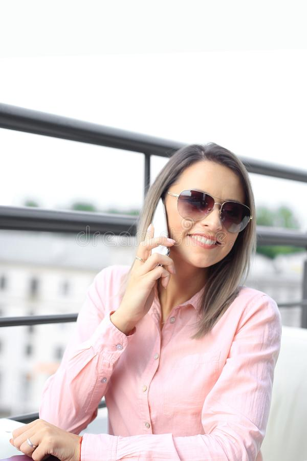 Concept d'affaires - femme d'affaires parlant au téléphone photos stock
