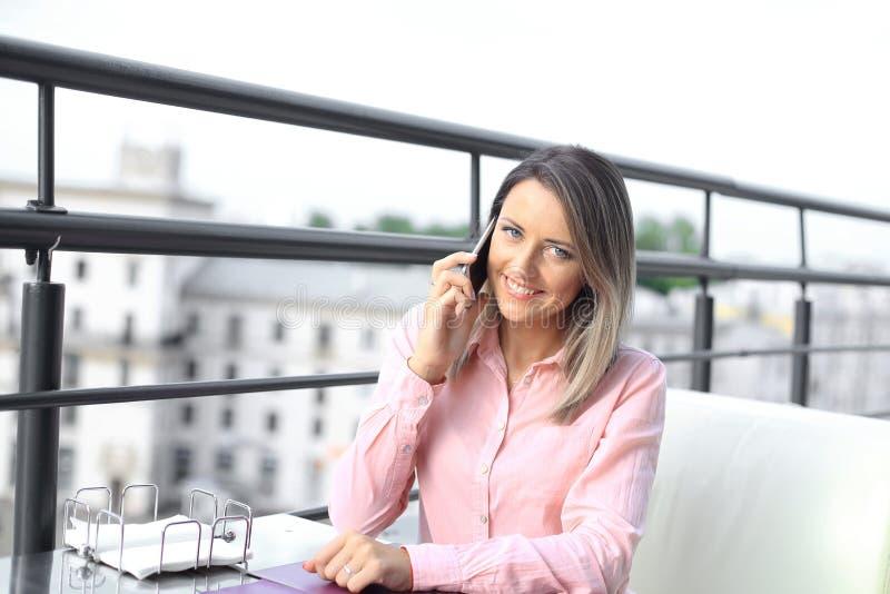 Concept d'affaires - femme d'affaires parlant au téléphone photo stock