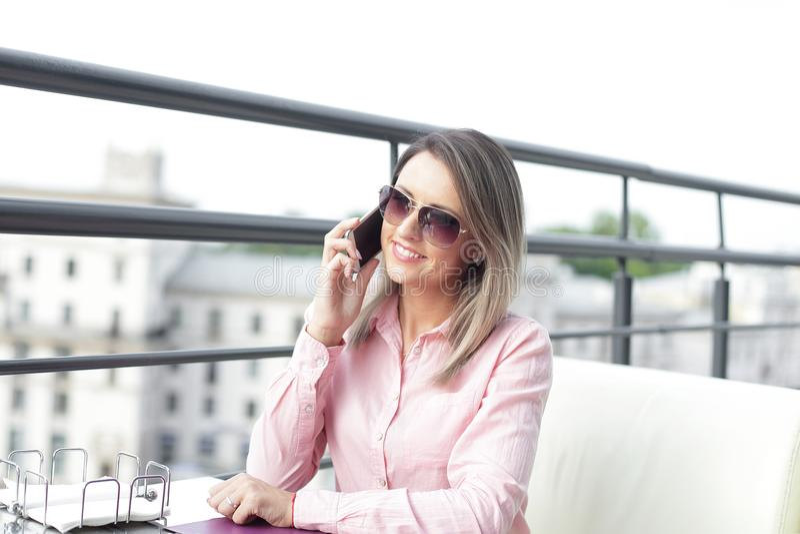 Concept d'affaires - femme d'affaires parlant au téléphone images stock