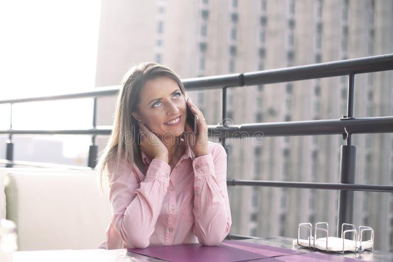 Concept d'affaires - femme d'affaires parlant au téléphone image stock