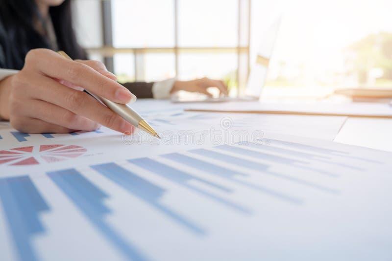 Concept d'affaires Fin vers le haut ?quipe d'affaires analysant le plan budg?taire et la statistique photo stock