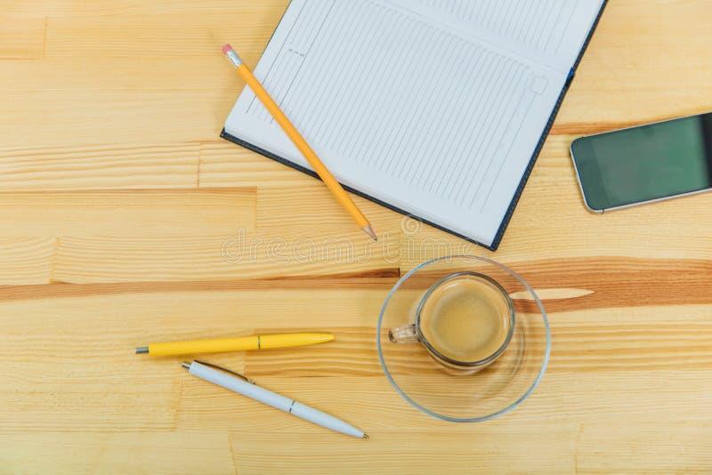 Concept d'affaires Fourniture de bureau sur la table de bureau avec la tasse du diagramme de café et d'analyse, ordinateur, carne image libre de droits
