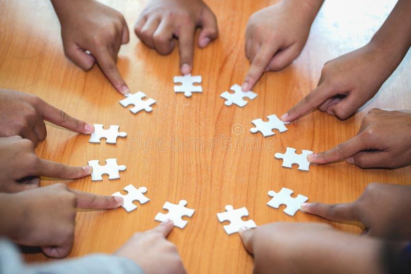 Concept d'affaires, groupe d'hommes d'affaires assemblant le puzzle denteux et repr?senter l'appui d'?quipe et aider le togethe photos libres de droits