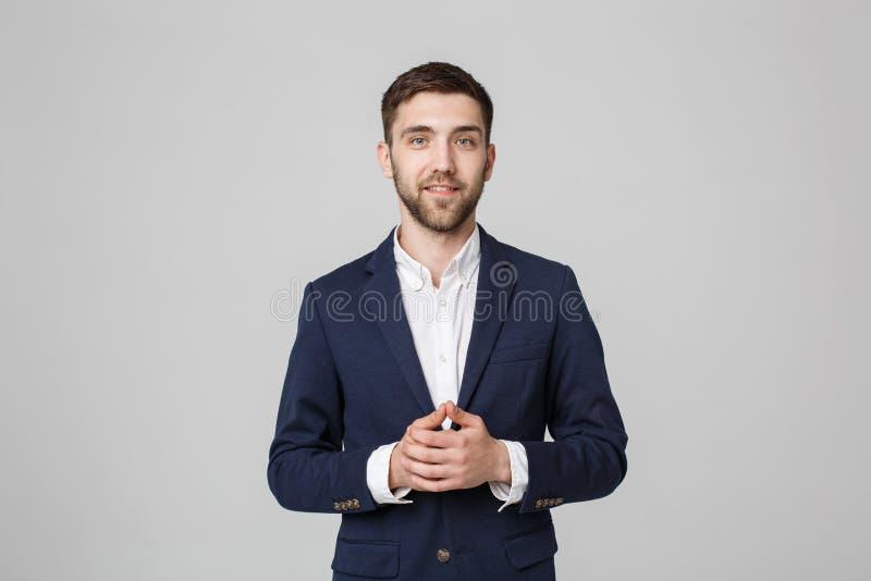 Concept d'affaires - homme bel d'affaires de portrait tenant des mains avec le visage sûr Fond blanc photos libres de droits
