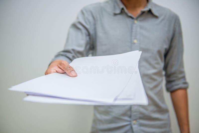 Concept d'affaires Homme d'affaires tenant la feuille de papier blanche image stock