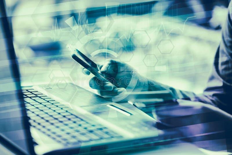 Concept d'affaires Homme d'affaires travaillant l'ordinateur portable générique de conception Tou image libre de droits