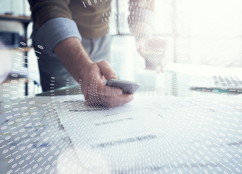 Concept d'affaires, homme d'affaires utilisant le smartphone Plans architecturaux sur la table Interface de connexion de Digital photo stock