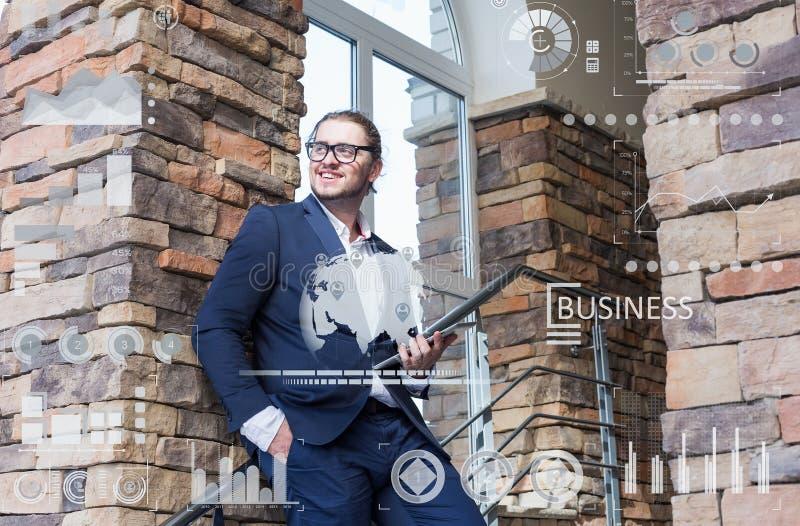 Concept d'affaires Jeune homme à l'aide de la tablette images stock