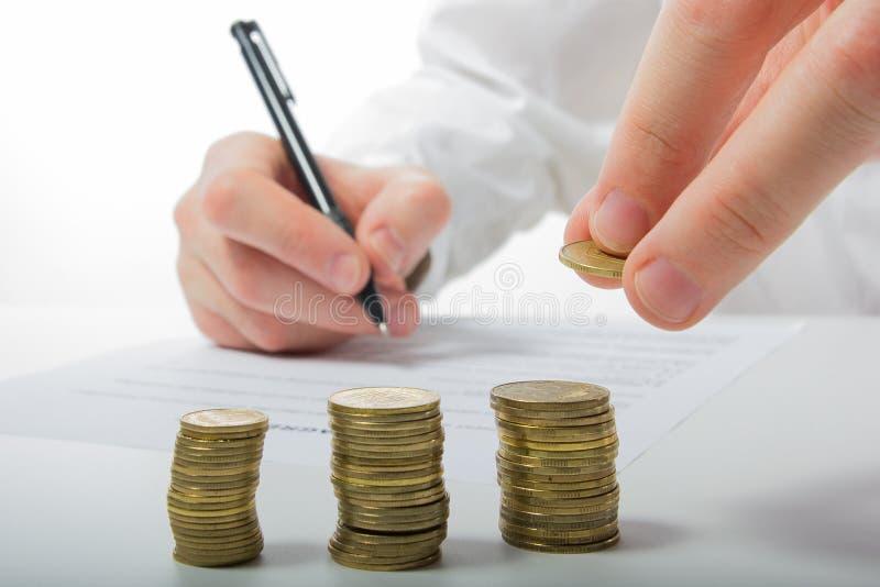 Concept d'affaires La main de l'homme d'affaires comptant l'argent sur la calculatrice photos libres de droits