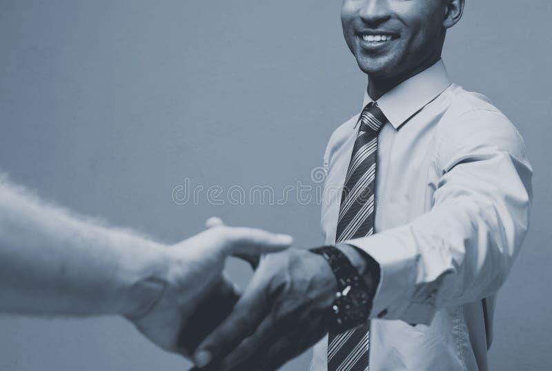 Concept d'affaires - plan rapproché de deux gens d'affaires sûrs se serrant la main au cours d'une réunion image stock
