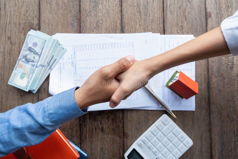 Concept d'affaires, réunion d'équipe pour étendre la stratégie, étiquette d'affaires, félicitation, poignée de main image stock
