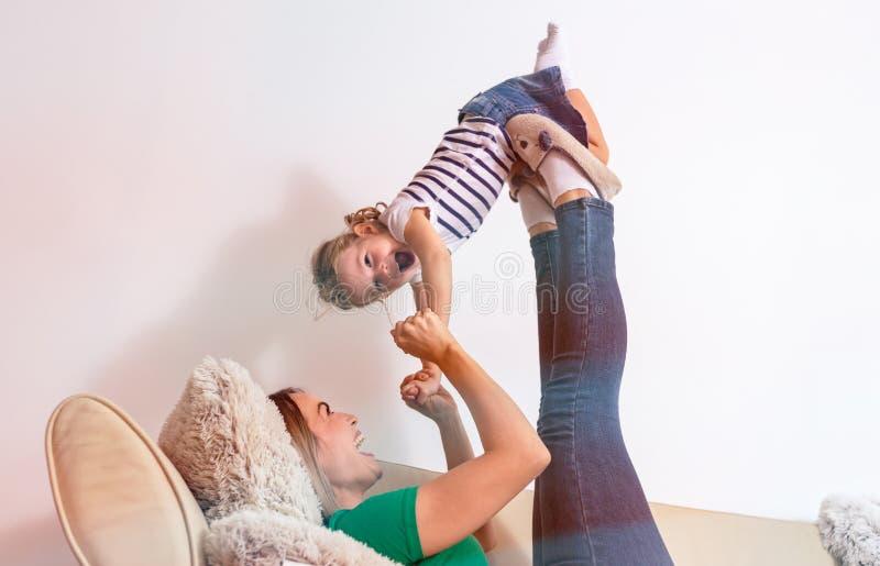 Concept d'amour de famille - mère et fille ayant l'amusement ensemble photo libre de droits