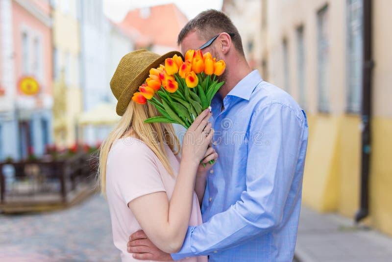 Concept d'amour et de relations - jeune couple embrassant dans la ville photographie stock libre de droits