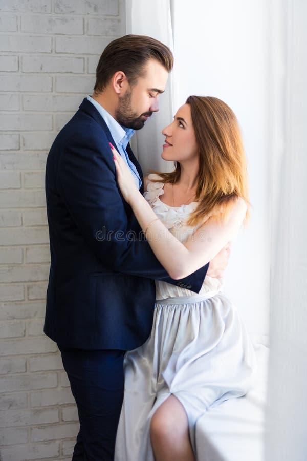 Concept d'amour - jeune beau couple embrassant à la maison image libre de droits