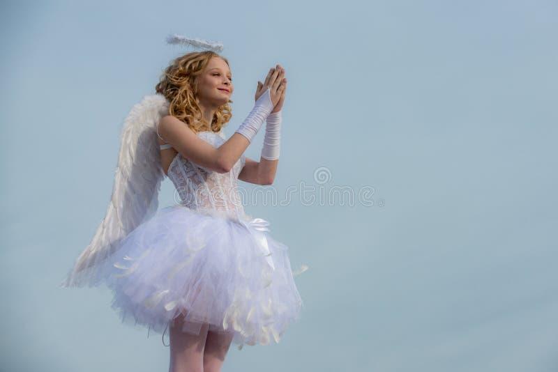 Concept d'amour Jolie petite fille blanche comme cupidon félicitant le jour de valentines de St ange Rose rouge photos libres de droits