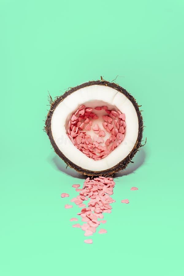 Concept d'amour minimal Fond coloré lumineux avec des coeurs de noix de coco et de sucrerie dans des couleurs de rose et de turqu photo stock