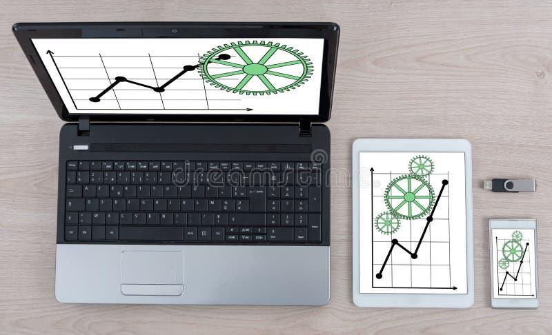 Concept d'analyse commerciale sur différents dispositifs photos stock