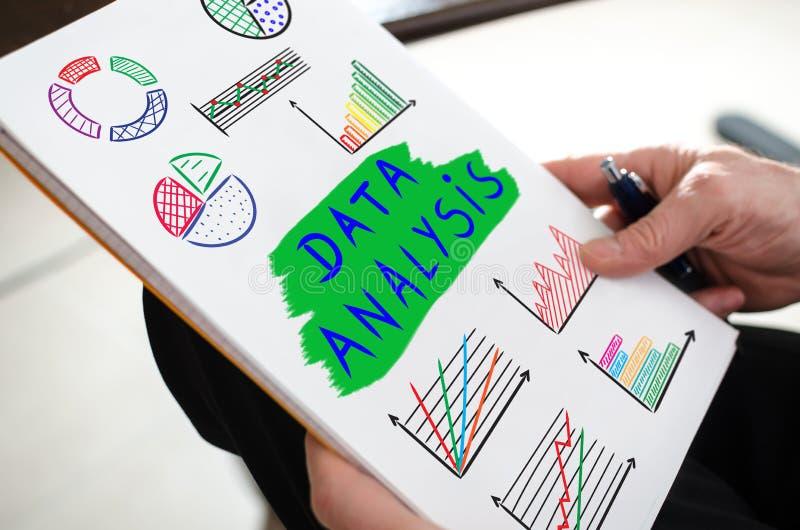 Concept d'analyse de données sur un papier image libre de droits