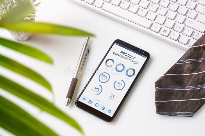 Concept d'analytics de données de rapports de tableau de bord de gestion des projets Fermez-vous du téléphone intelligent avec de images libres de droits