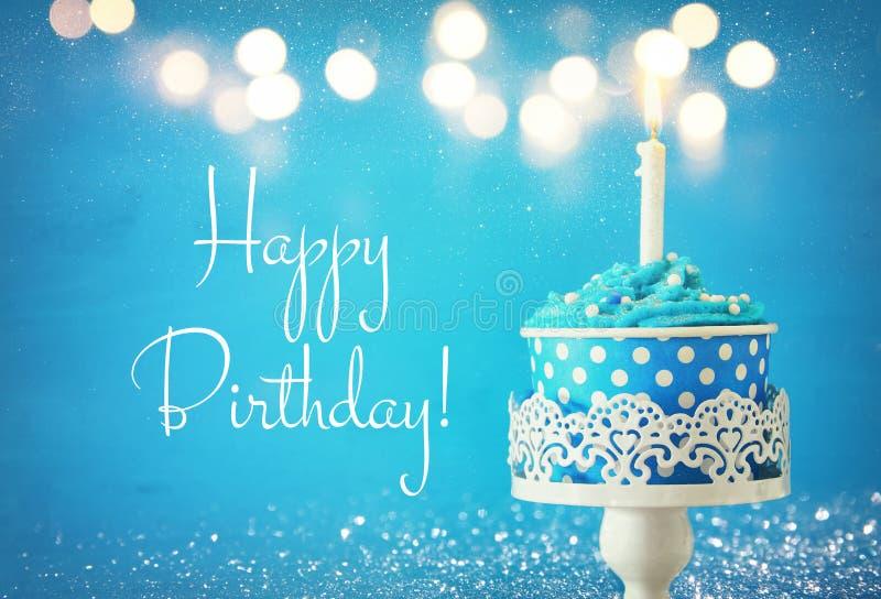 Concept d'anniversaire avec le petit gâteau et la bougie images libres de droits