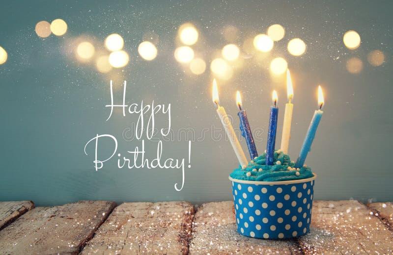Concept d'anniversaire avec le petit gâteau et les bougies images stock