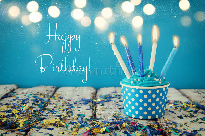 Concept d'anniversaire avec le petit gâteau et les bougies sur la table en bois photos stock