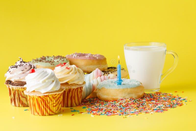 Concept d'anniversaire d'enfant d'amusement Bonbons et petits gâteaux images stock