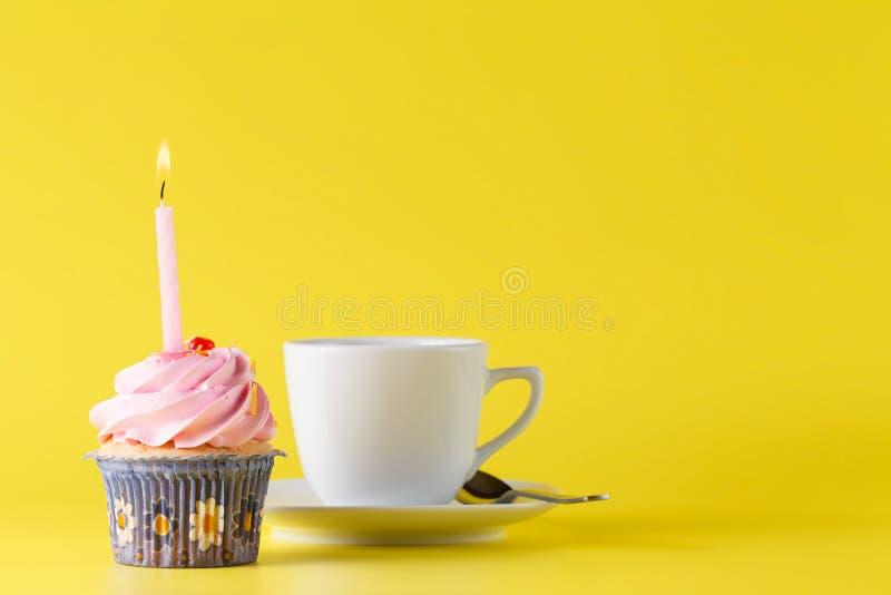 Concept d'anniversaire Petit gâteau avec la bougie photographie stock libre de droits