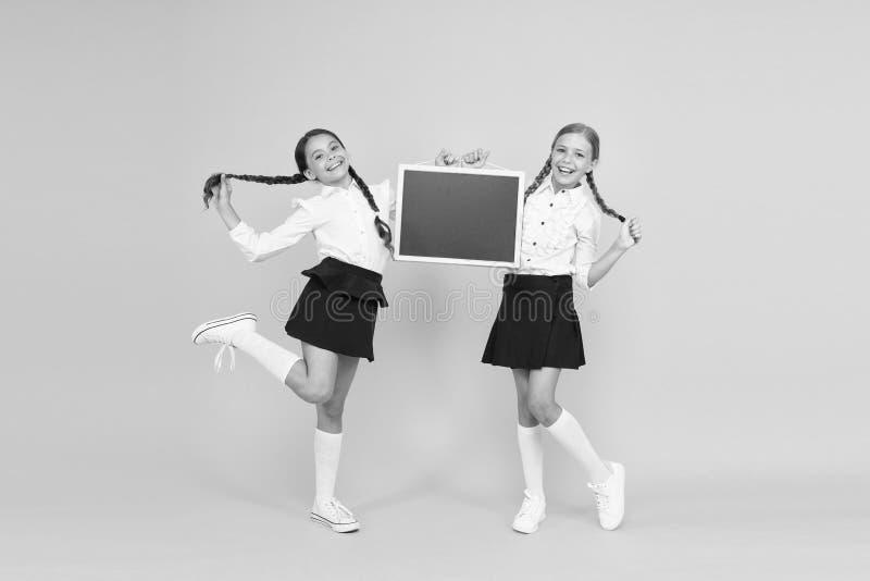 Concept d'annonce scolaire Équipe de l'initiative Classmates - antécédents jaunes Joindre le club scolaire Communauté des élèves  image stock
