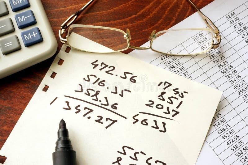 Concept d'anticipation commerciale Papiers avec les données financières et la calculatrice photo libre de droits
