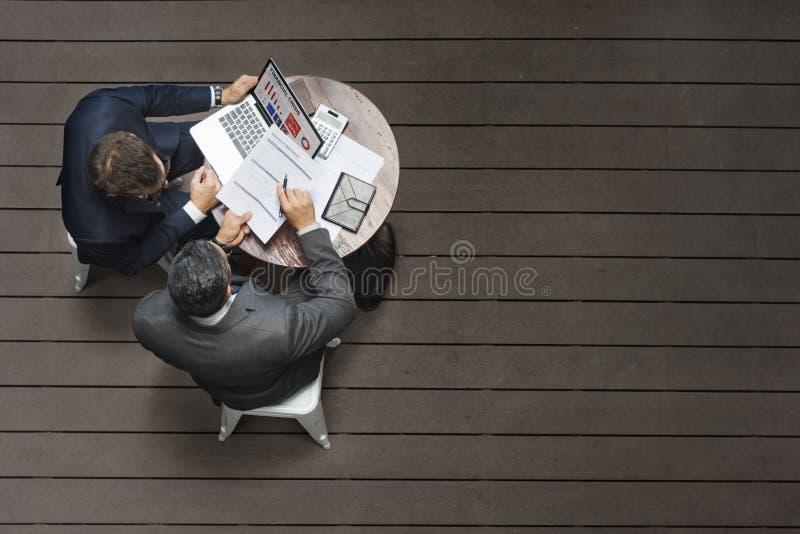 Concept d'application d'assurance de réunion de café de deux hommes d'affaires image libre de droits