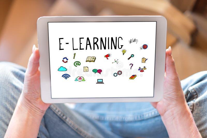 Concept d'apprentissage en ligne sur un comprimé photos stock