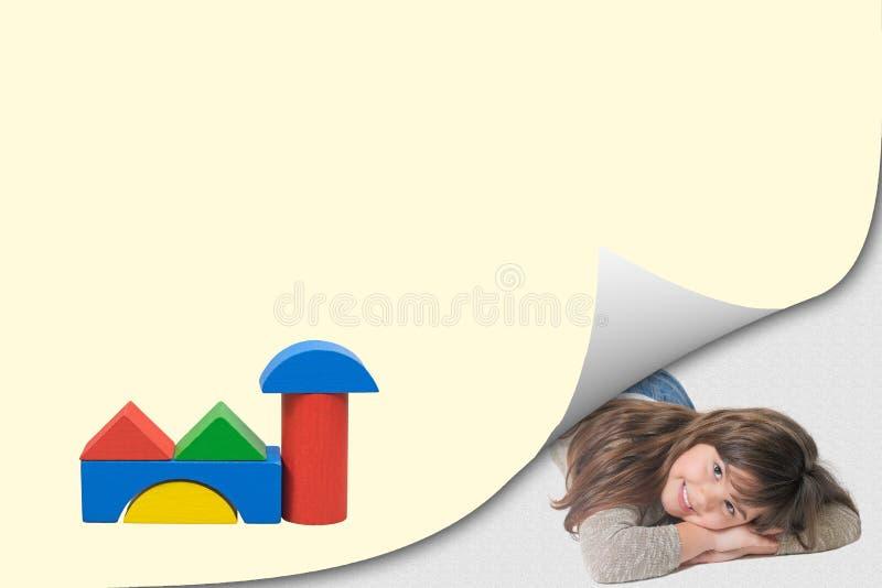 Concept d'architecture de jouet en bois souriant peu de fille photographie stock libre de droits