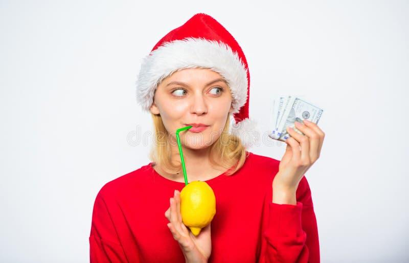 Concept d'argent de citron Citron de jus de boissons de chapeau de Santa de fille tandis qu'argent de pile de prise Gagnez l'arge photo stock