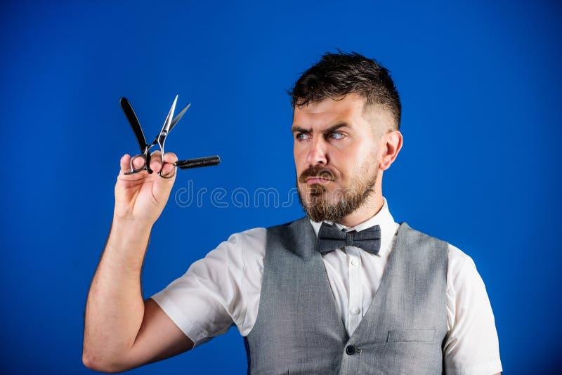 Concept d'art de cru de coiffeur Hippie non rasé de coiffeur avec le rasoir droit pointu Salon de coiffeur de raseur-coiffeur coi image stock
