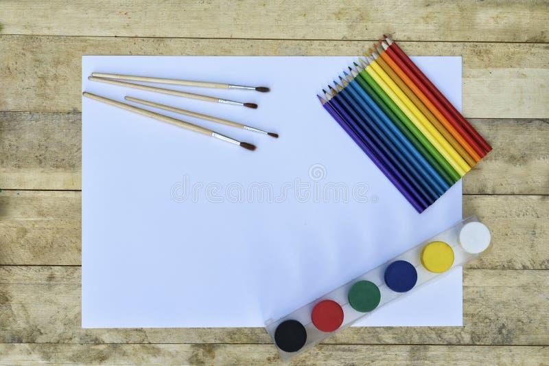 Concept d'art Page blanche de papier, de peinture, de brosses et de pe coloré image libre de droits