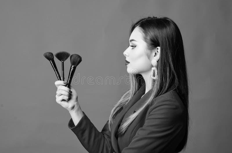 Concept d'artiste maquillage. Sens bon et confiant. Magasin de maquillage professionnel. Cours de maquillage. Magnifique images libres de droits