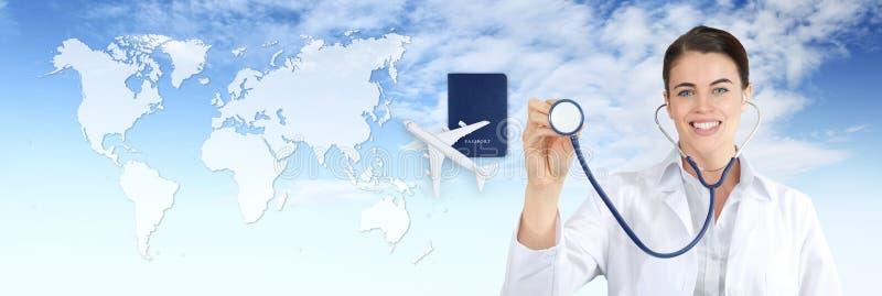 Concept d'assurance-maladie de voyage international, apparence de femme de docteur de sourire, stéthoscope, avion, passeport en c images libres de droits