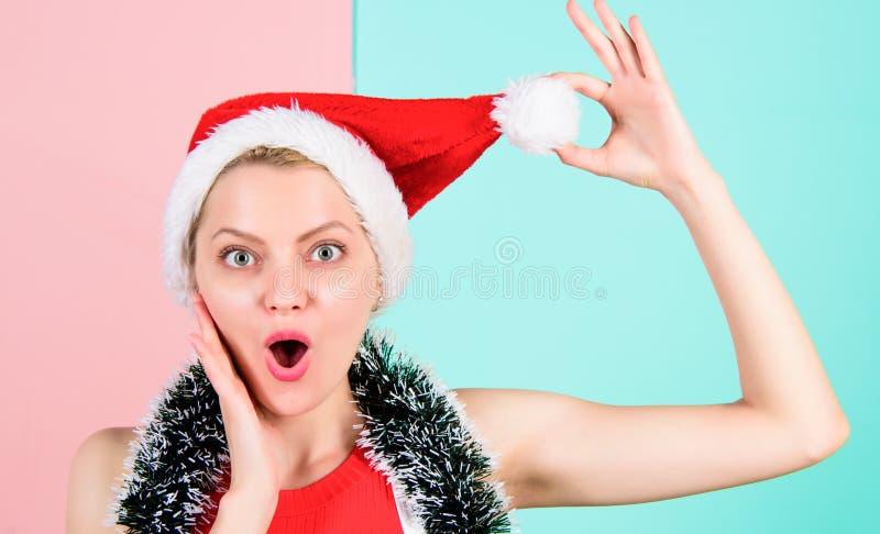 Concept d'attribut de Noël Visage gai de fille célébrer Noël La femme avec la tresse célèbrent des vacances d'hiver photos libres de droits