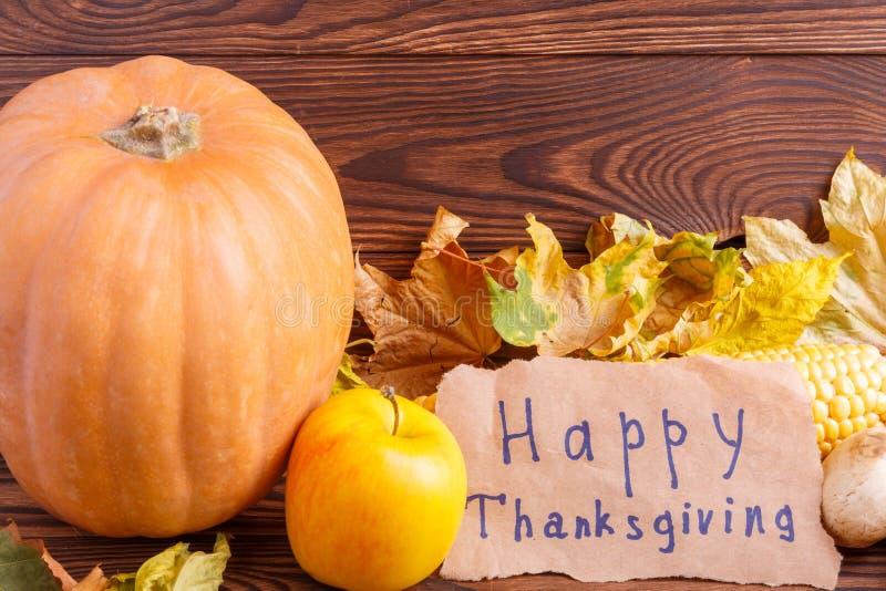 Concept d'automne de vue de légumes de ci-dessus sur un sac et une table en bois brune Jour d'action de grâces photo stock