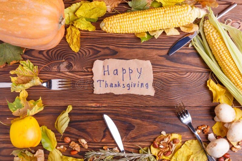 Concept d'automne de vue de légumes de ci-dessus sur un sac et une table en bois brune Jour d'action de grâces image stock