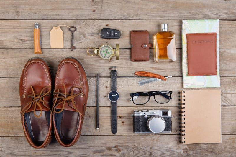 Concept d'aventure - appareil-photo, passeport, carte, bloc-notes, boussole et toute autre substance pour le voyage photographie stock libre de droits