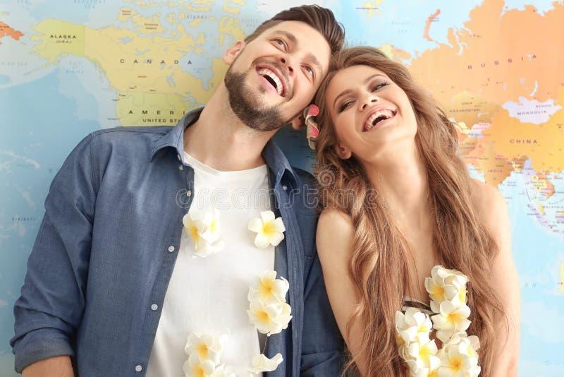Concept d'aventure Jeune rêver heureux de couples images stock