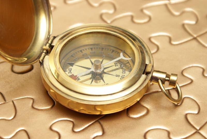 Concept d'or de compas et de puzzle image libre de droits