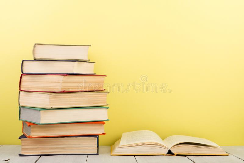 concept d'?ducation et de sagesse - livre ouvert sur la table en bois, fond de couleur images libres de droits