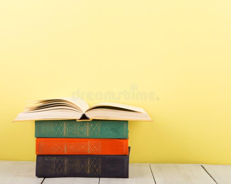 concept d'?ducation et de sagesse - livre ouvert sur la table en bois, fond de couleur image stock