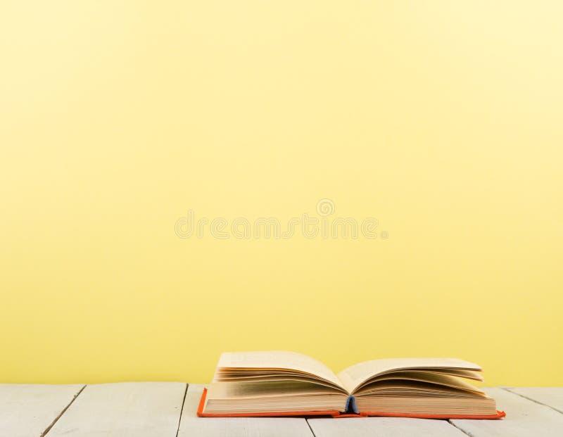 concept d'?ducation et de sagesse - livre ouvert sur la table en bois, fond de couleur photographie stock