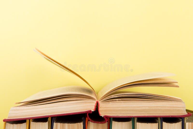 concept d'?ducation et de sagesse - livre ouvert sur la table en bois, fond de couleur photographie stock libre de droits