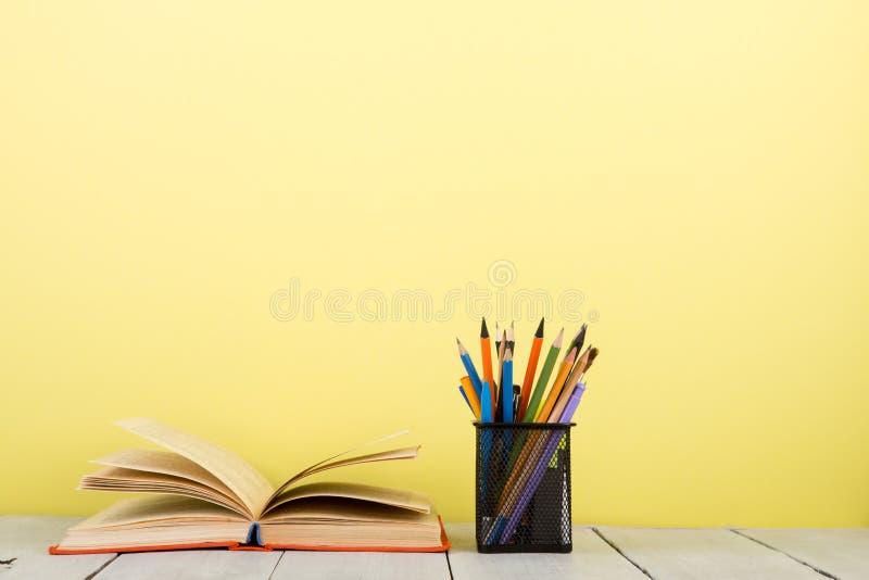 concept d'?ducation et de sagesse - livre ouvert sur la table en bois, fond de couleur photo stock